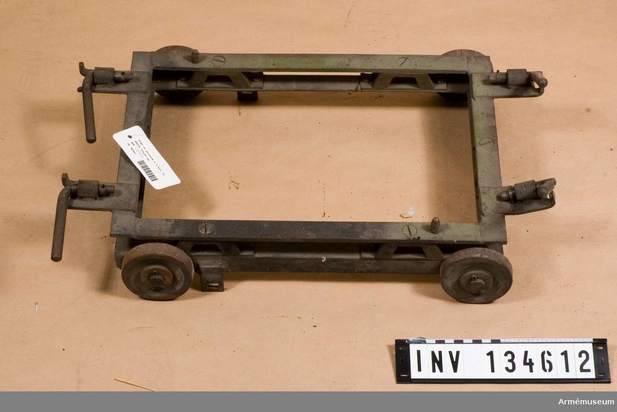 Vagn av järnbalk m 4 hjul, Tc 80226. 55x32 cm.