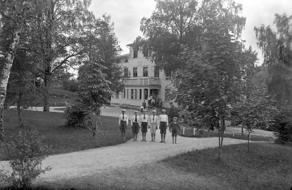 """Text till bilden: """"Extriör av Gräskärrs Skyddshem. Den 18/6 1922""""."""