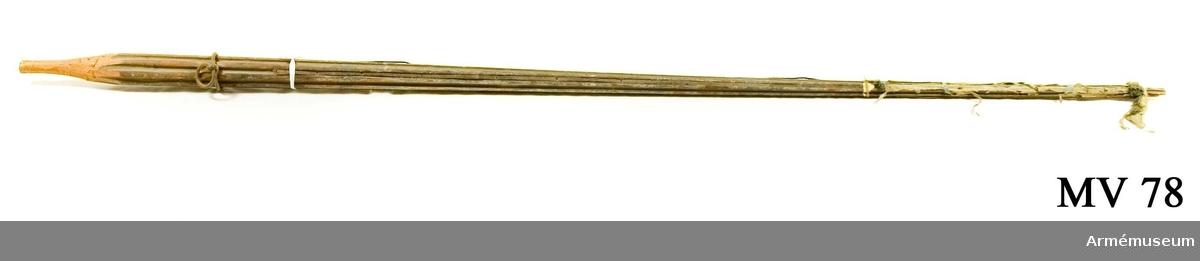 Stång av furu med rester av bemålning i grönt och ljusblått. Rester av duk i blå eller grön sidendamast samt blå frans.