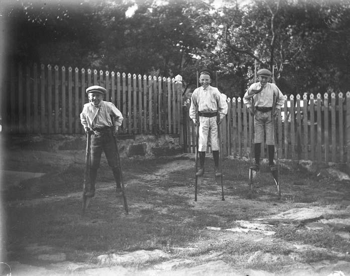 På styltor i engelska trädgården på Härön