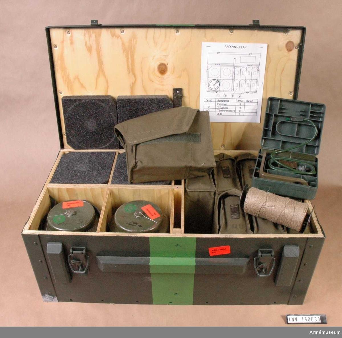 8 fordonsminor i låda, samtliga blinda. 8 tändmedelssatser, samtliga blinda.