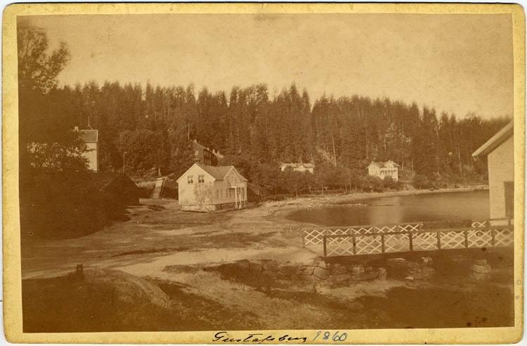 """Handskriven text på framsidan: """"Gustafsberg"""". """"1860"""".   """"-"""" """"_"""" baksidan: """"Gust. Reuterberg 1860"""""""