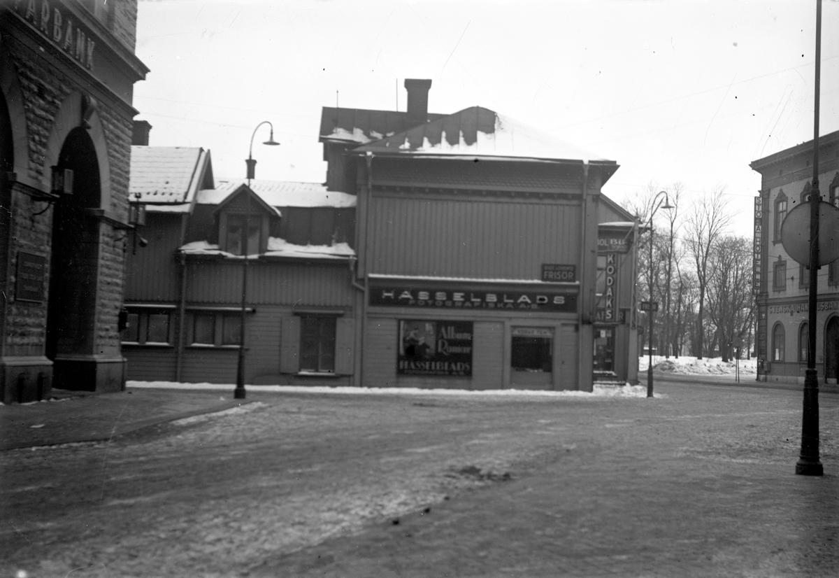 En bild tagen från Smedjegatan i Jönköping. Rakt fram ligger Hasselblads fotografiska AB och till höger Stora Hotellet.