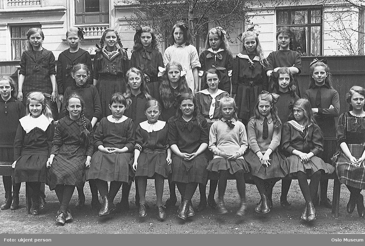 Vestheim pikeskole, gruppe, 5. klasse, jenter, bygård
