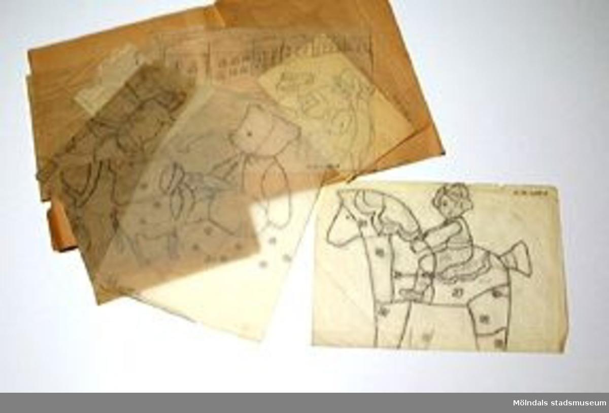 Teckningar på smörpapper. Främst djur är avbildade. Pappersark av skilda storlekar, sammanvikta. Funktion: För att överföra teckningar medelst kalkpapper på trä eller papp.