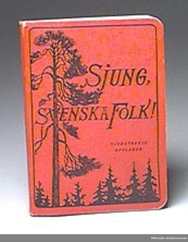 """""""Sjung svenska folk!"""" En samling utgiven av samfundet för unison sång.Ursprungligen redigerad av Alice Tegnér, Stockholm 1939,Tjugotredje upplagan. 212 s."""