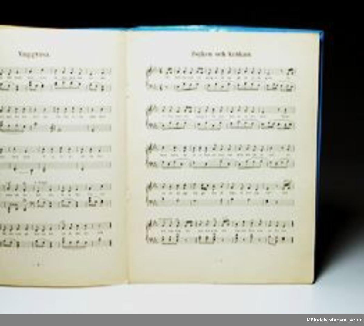 """Sångbok """"Traskvisa och andra småsånger"""" av Sten Körling.Omslaget med blått papper."""