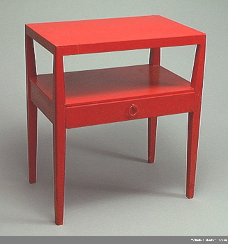 Rödmålat sängbord med utdragbar låda och underhylla