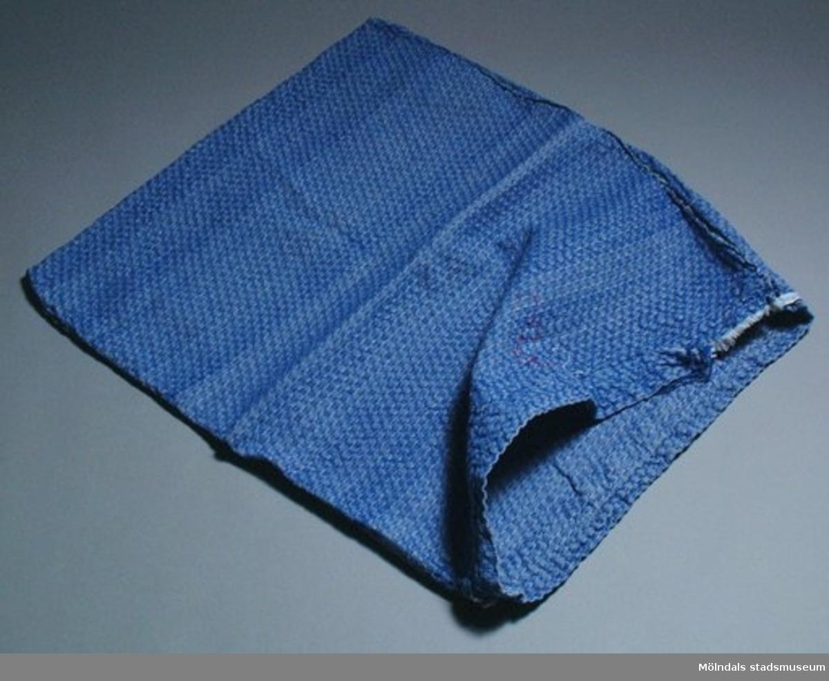 En blåvitmönstrad tvättpåse.
