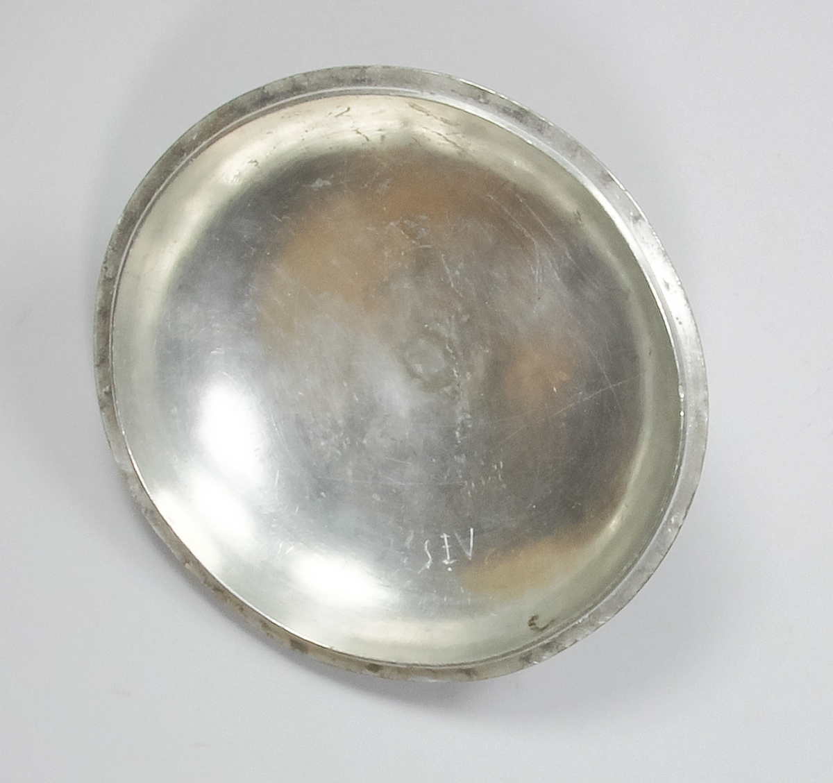 Skål med lock tillverkad av tenn. Locket har en rund form och kröns med en profilerad rund knopp. Skålen har rund form med två handtag på sidorna. Handtagen är profilerade och gängade.