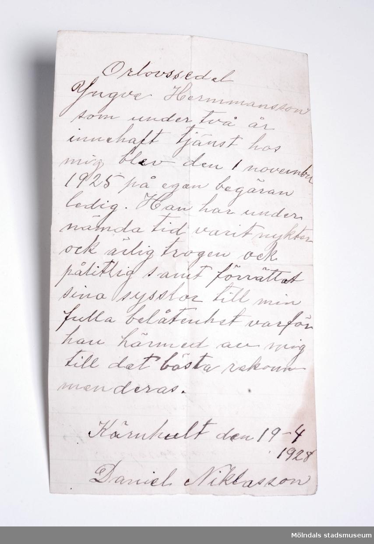 Brunt kuvert innehåller 4 st. betyg  och intyg. 1. Avgångsbetyg från Folkskolan vid Fagerhult (1920)2. Orlovssedel från Kärnhult (1928)3. Intyg av tjänst av Olof Brink i Uddevalla (1928)4. Arbetsintyg från Fabriks AB Erik Hansson, Göteborg.