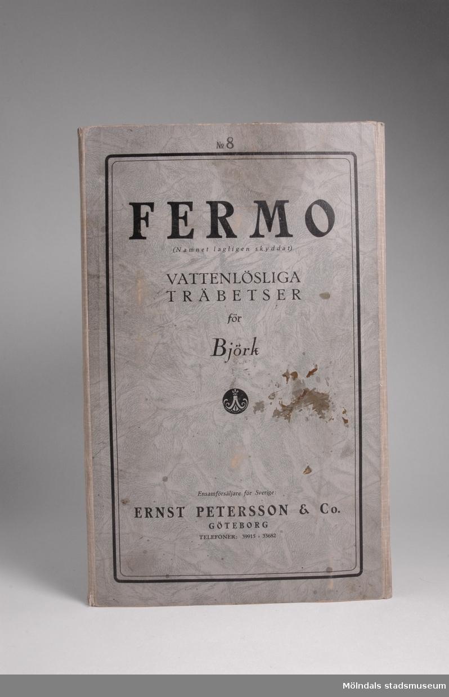 """Provkarta med möbelträbetsfärger.Redskap och verktyg kommer från Lindströms snickeri (Gamla Riksvägen 81, Ekebacken). Här byggde John Lindström från Lindome ett boningshus och snickeriverkstad 1928. Han öppnade ett snickeri som specialiserade sig på köksbord Borden levererades till en grossist i Göteborg. Som mest tillverkades 50-60 bord i veckan. Borden hade ben av björk och resten var av furu. Han gjorde även andra möbler på beställning. Till hjälp hade John ett par anställda.De sista åren gjordes mest renoveringar och reparationer, medan det """"begav sig"""" de mest aktiva åren tillverkades bord av alla de slag."""