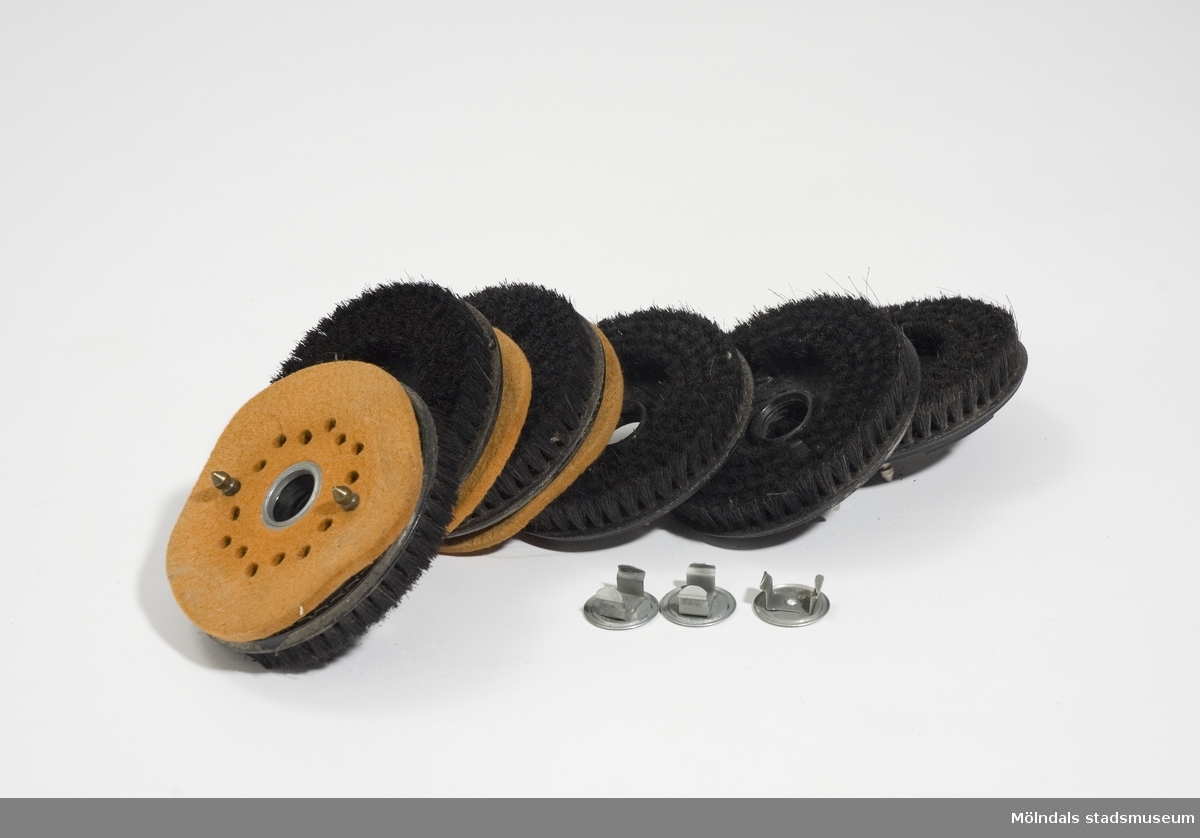 1: Bonmaskin av märket Elektrolux.2: 6 poleringsborstar, diameter 130 mm. Golvbonaren har tre roterande borstar för invaxning. Bonarens ytterkant är klädd med gummilist som skyddar möbler och väggar mot stötar.