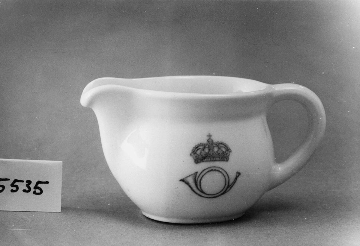 Gräddkanna av vitt porslin, med handtag och kort pip. Påkannans sida ett krönt postemblem av 1937 års modell.