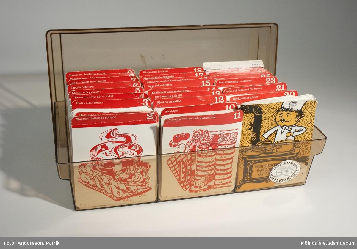 """Receptsamling i låda med cirka 1752 st recept av Receptklubben Mästerkocken från 1977. Dessa recept presumerade man på och fick hemskickade till sig en gång i månaden.  Recepten är tryckt på var sitt kort och är uppdelade i olika kategorier:2 Mustigt doftande soppor1 Gott att börja med3 Fisk i alla former4 Av en bit kött (nöt o. kalv)5 Lamm- och griskött6 I gryta och form7 Korv – enkelt men läckert8 Varianter med köttfärs 9 Kyckling – festligt o. billigt11 Variera potatis och grönsaker10 Skaldjur12 Bjud på en sallad13 Strömming och sill Vårt klassiska sillbord14 Kvällsgott utan pretentioner Smårätter15 Ägg – och osträtter16 Baka eget matbröd och vetebröd17 Finesser för kaffebordet18 När kassan är skral19 Banta med oss20 Det kommer gäster21 Baka och laga mat för frysen22 Sommarens skördar i burk och frys23 Som avslutning - en dessert 24 Från resor i främmande länder25 Drycker26 Grillat27 Sommarmat – utflyktsmat och matsäck28 Mina egna recept29 Mästerkocksinformation, här står ett häfte från RECEPTKLUBBEN MÄSTERKOCKEN som ett komplement till lådan. 30 ÖvrigtI lådan ligger också häftet: """"MÄSTERKOCKENS SAMLADE RÅD OCH RECEPT"""" med medlemsinformation och matvarainformation. Bak i häftet har givaren skrivit sitt medlemsnr. På lådans framsida i högra hörnet sitter klistermärket: """"RECEPTKLUBBEN MÄSTERKOCKEN"""", något slitet.MåttLådanLängd: ca. 183 mm, Bredd: ca. 370 mm, Höjd: ca. 144 mmReceptkortenLängd: 119 mm, Bredd: 104 mm"""