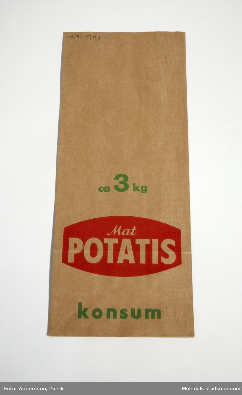 """Papperspåse för potatis från Konsum.Påsen har funnits i givarens föräldrahem i Grästorp hos Anders och Svea Flood.Påsen är av brunt papper. På påsens båda sidor finns texten:""""ca 3 kg   Mat POTATIS   konsum"""", tryckt i färgerna grönt och rött.Påsen ser oanvänd ut.MåttBredd: 159 mm, Höjd: 383 mm, Djup: 95 mmIhopvikt påse, Längd: 383 mm, Bredd: 159 mm"""