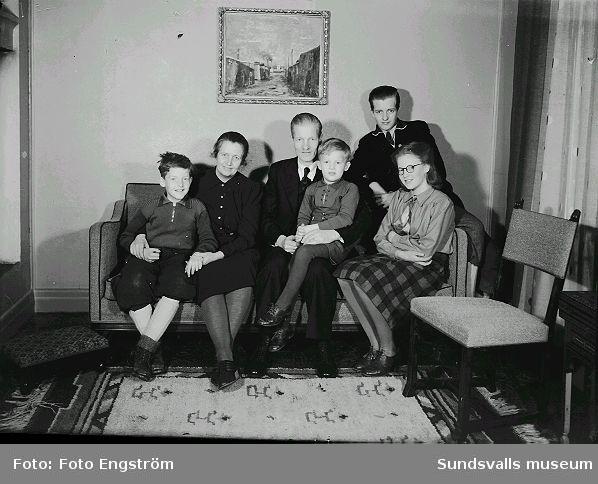 Familjeporträtt i soffan. Se föregående.