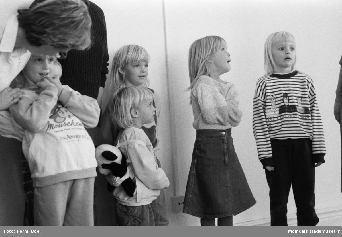 Familjesöndag på Mölndals museum den 20 november 1988 (efter 2011-01-01 Mölndals stadsmuseum). Gatuadressen ändrades 1997 till Norra Forsåkersgatan 19.Sång och danslekar med Linda Olsbjörk. Dramatisering av fattigauktion med Susanne Brånålt. Dockteater av Skånhällaskolan.