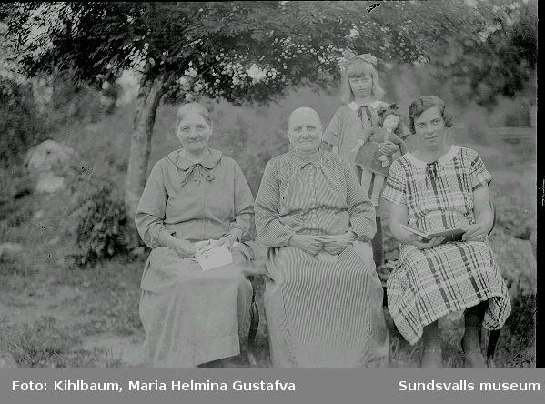 Porträtt, tre kvinnor och en flicka i utemiljö.