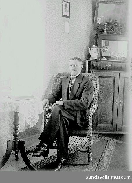 Porträtt, man i rumsmiljö