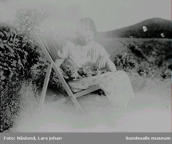 Ester Näslund i solstol i sitt föräldrahem i Ljustorp. Ester kom att senare bli kompanjon till fotograf Maria Kihlbaum.