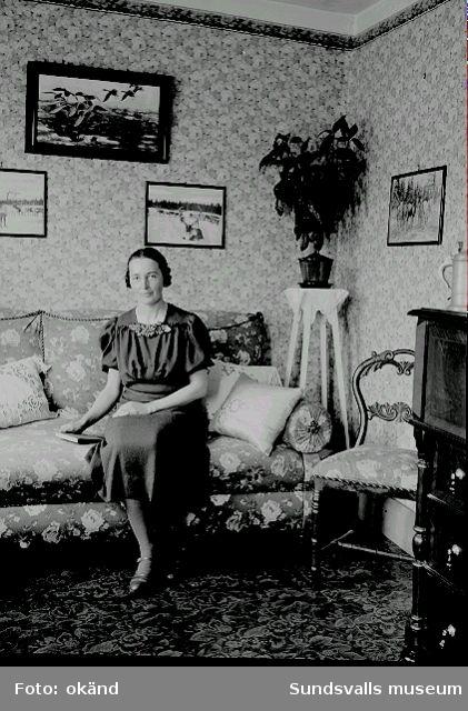 Fotograf Ester Näslund i rumsmiljö.