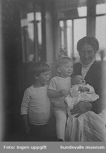 Förmodligen Pussi Norström med sina och Direktör Lennart Nordströms barn, Clas Fredrik Hans Torsten f 1915, Sigrid Alma Louise f 1917, Karin (Kai) Emmi Allona f 1919. Lennart Nordströms mor var syster till Brukspatron Fredrik Herman Bünsow.