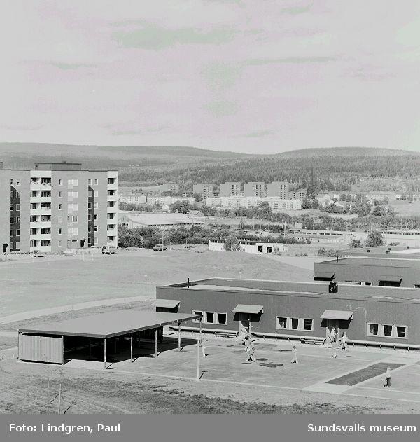 Flygfotografi över Nackstaskolans låg- och mellanstadium, kv Rågen 7, 1971.I bakgrunden ses bostadsbebyggelsen i Granlo norr om Selångersån.