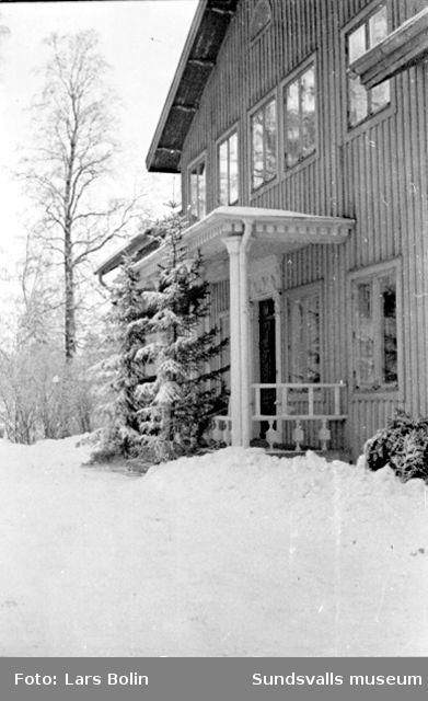 Tjänstebostaden för platschefen/överingenjören vid Nensjö cellullosafabrik. Huvudentrén. ( Entrédörrarna sägs vara kopior gjorda efter original av Per Westman från Hemsö. )