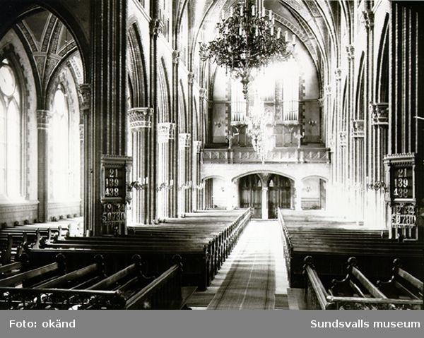 Interiör från Sundsvalls kyrka (senare Gustav Adolfs-kyrkan), sedd från Stadsbacken. Kyrkan invigdes 1894, och ritades av Gustaf Hermansson.