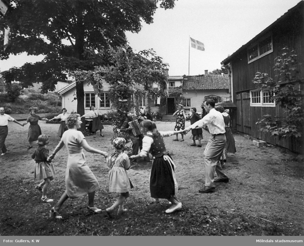 Dragspelsmusik och dans kring midsommarstången hos familjen Alberts i Tulebo Nordgård (Gammelgården) som byggmästaren Karl Alberts köpte 1917. Alberts köpte även mark från Tulebo Sörgård och byggde Tulebo Herrgård. Där bodde familjen tills 1943 då deras villa brann ner. Efter det byggdes Tulebo Nordgård ut (med den vita delen i bakgrunden) och hela familjen flyttade dit.