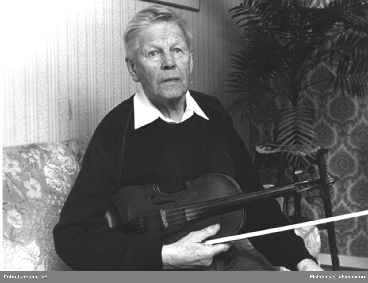 Gustav Svensson, född 1911, upphovsman  och spelman i Hällesåkers spelmanslag, som bildades 1952. Gustav Svensson, rörläggare som hade firman Gustav Svenssons rörläggeri. Gustav var far till Sven-Åke Svensson (som arbetade många år som tekniker på Mölndals stadsmuseum).