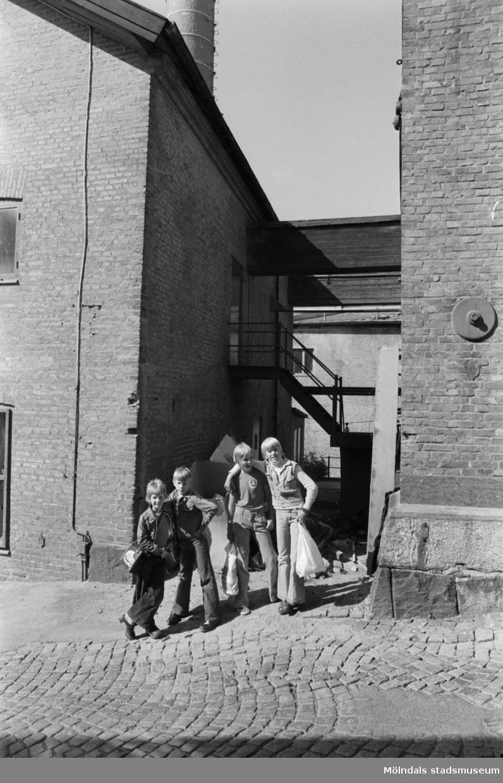 Kvarnfallet 24 vid Götaforsliden i Mölndals Kvarnby. Kvarnbyggnad. En grupp barn står lutade mot ena väggen.