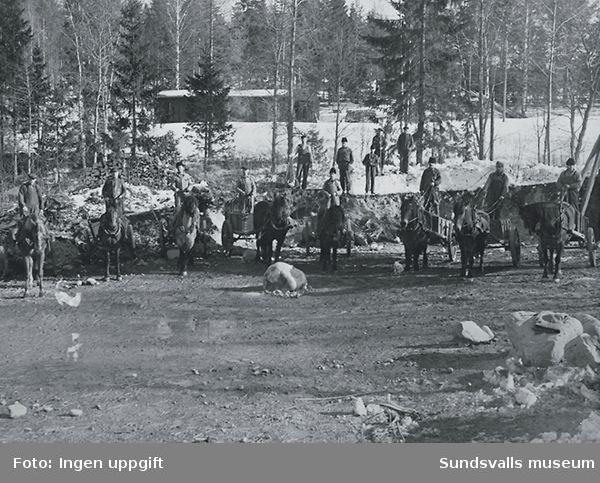 Fraktning av utfyllnadsjord till brofästena vid Sidsjön. Åkare projektanställda av Sundsvalls stad. K. G Gustafsson längst till vänster. Hösten 1938.