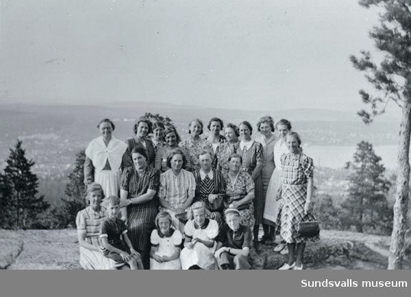 Skönsmons nystartade husmodersförening på utflykt till Norra Berget i mitten av 1930-talet. Vissa av namnen finns antecknade.