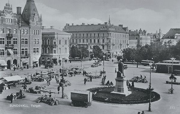 """Vy av Storgatan och torghandel på  Stora torget . Bildtext på vykortet """"Sundsvall torget."""""""