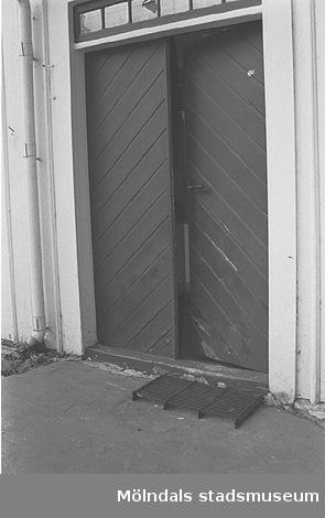 En port tillhörande ett bostadshus på Våmmedal 2:9, 3:2 och 3:3 i Kållered, september 1991.