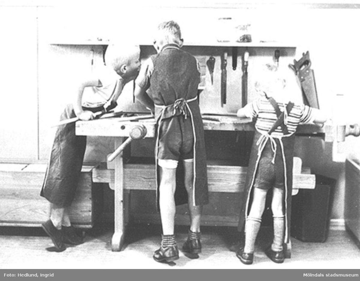 Barn som har träslöjd vid ett daghem i Guldheden, Göteborg. Bilden är tagen på sent 1940-tal.