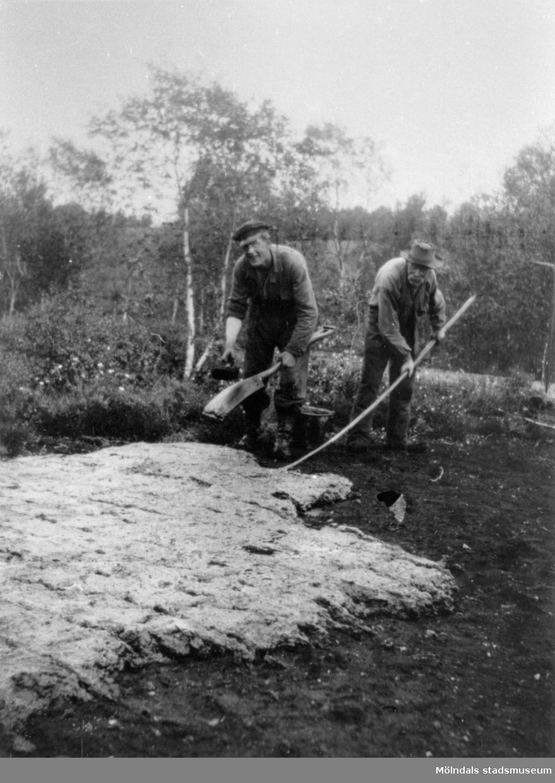 Arbete på torvfältet vid Fageredsmossen i Lindome, 1933. Upptagning av torv.Se även MMF1992:0045.