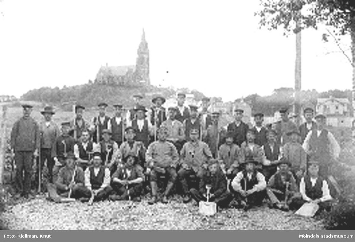 Spårvägsarbetare uppställda för fotografering strax norr om Mölndalsbro. År 1907.