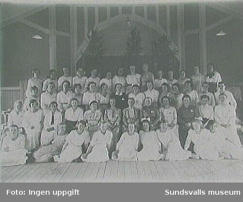 Repro av fotografiet ur KFUK:s Sundsvall arkiv.Medlemmar i Sundsvalls KFUK-förenings lägeri Stöde.