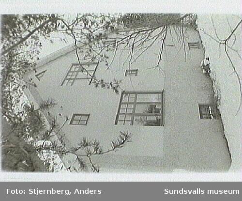 Wallerstedtsgatan 4.Uppfört 1930, påbyggd 1950. Upprustningaktuell.Bild 36 Huset är spritputsat i sockelvåning, slät-putsat i övrigt. Gul plastfärg.