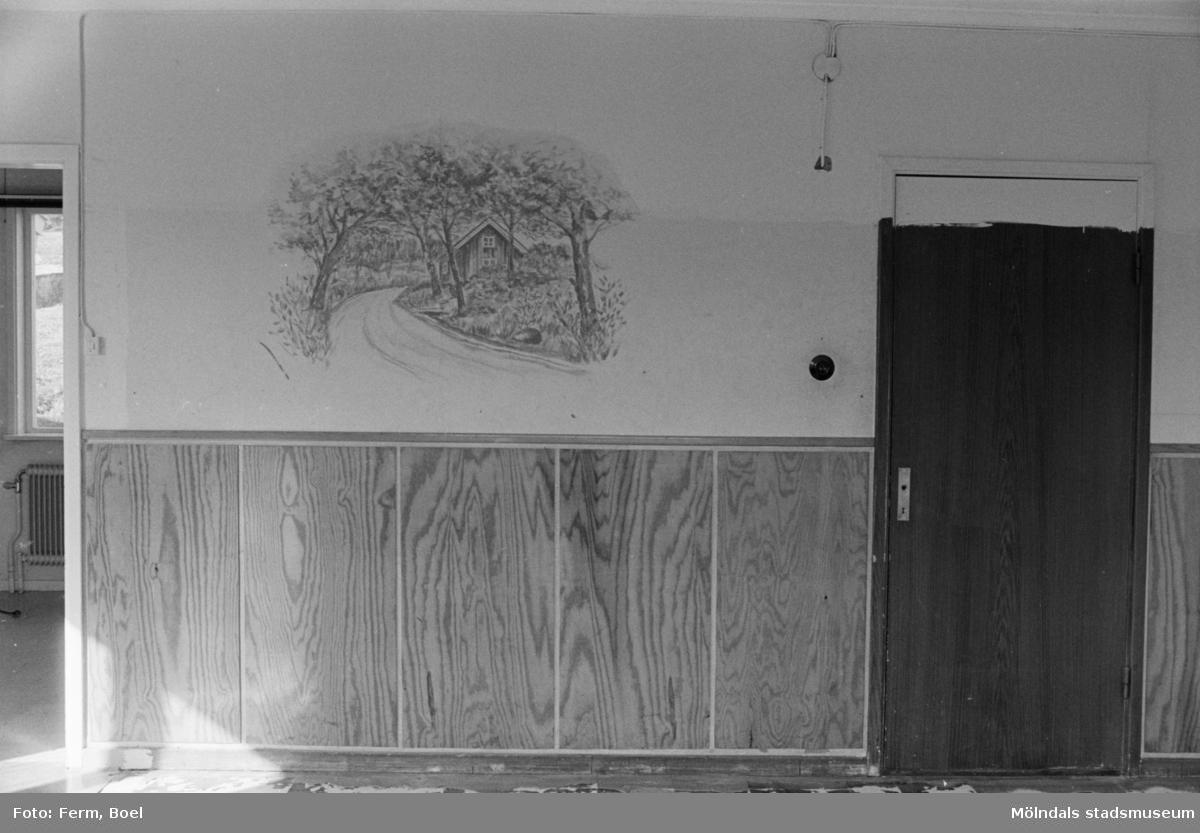 Dokumentation av väggmålningar i Ryets bibliotek 1992. Biblioteket har tömts på grund av nedläggning. Här är en målning av Mosstorpet i Lackarebäck, långt upp i Svejserdalen.