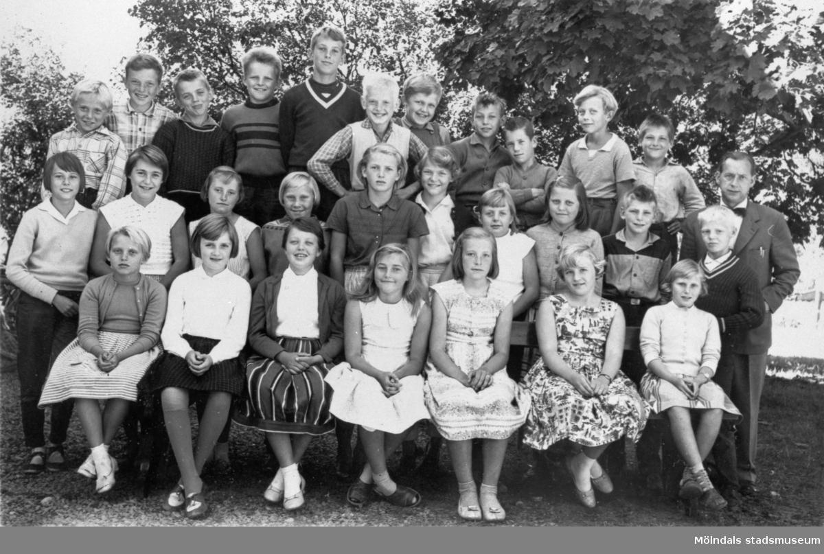 Skolklass 1958-59 med magister Gustaf Josefsson.Centralskolan (nuv. Kyrkskolan) i Lindome.