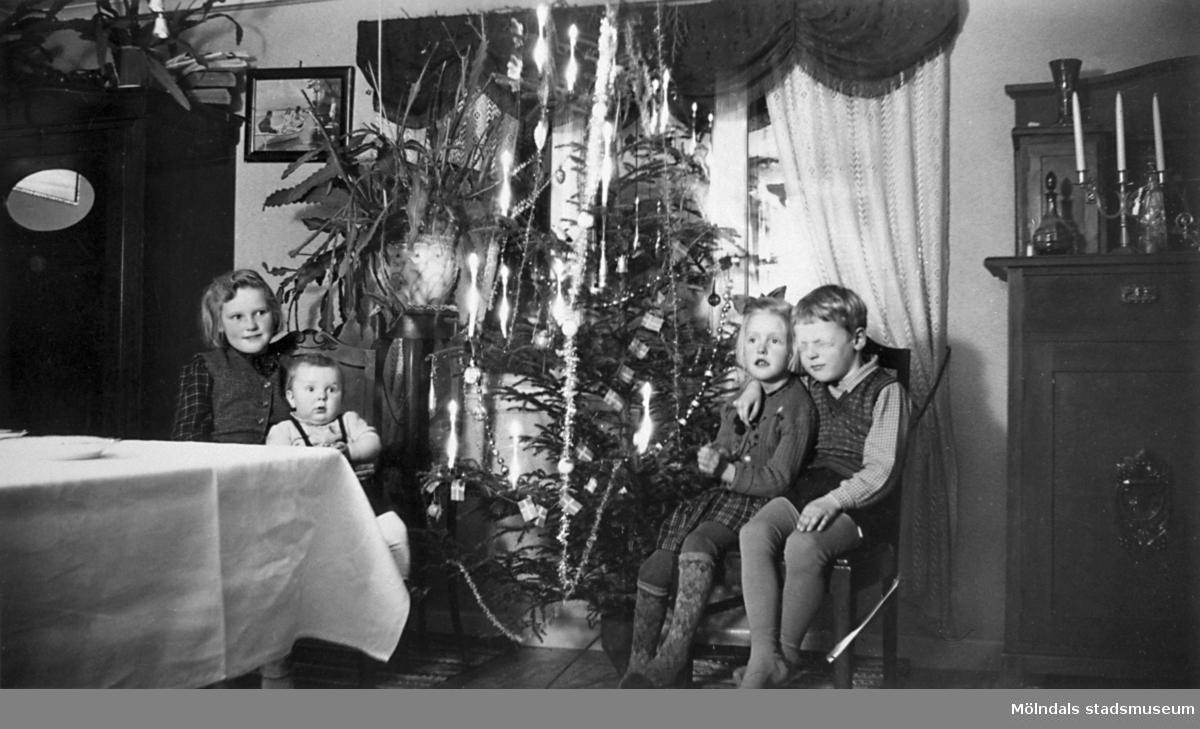 Sommargäster hälsar på hos fam. Persson, vid jul på 1940-talet. Från vänster: Inger, Mona, Sven-Olof och Ingemar Oresten.