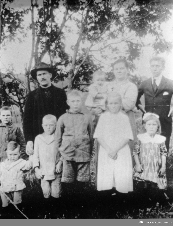 Familjen Törnsson från Krokslätt. Samtliga i familjen, förutom yngste sonen på armen, arbetade på Krokslätts fabriker.