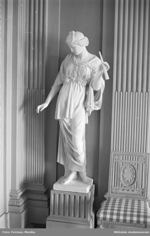 Dokumentationsbilder från Gunnebo slott våren 1992. Inredningsmiljö, konstföremål och möbler av varierande slag. Här ses en skulpterad kvinna stående på en sockel.