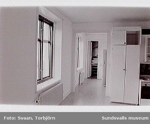 Bild 06 Kontorslokal i förgrunden och bostadshus i bakgrunden.Bild 8  Interiör, öppen spis