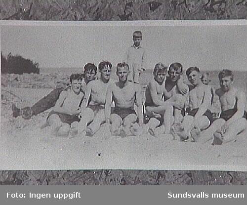 """Sol och bad """"vid vita stenarna nedanför nuvarande PM fabriken"""". Sommarnöje för pojkarna i Njurunda. Enligt uppgift, Bo Åslund."""