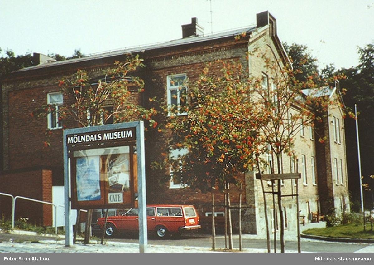 En bil står parkerad utanför f.d Mölndals museum. Norra Forsåkersgatan 19, 1987.